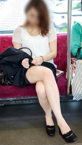 【美脚エロ画像】素人の脚が見たけりゃ電車へ…朝夕はムッチリ太もも見放題! 16