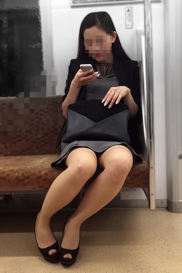 【美脚エロ画像】素人の脚が見たけりゃ電車へ…朝夕はムッチリ太もも見放題! 17