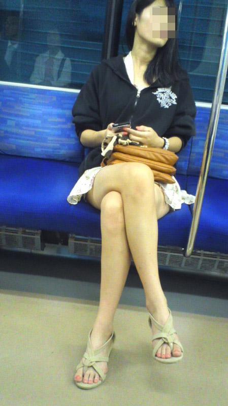 【美脚エロ画像】素人の脚が見たけりゃ電車へ…朝夕はムッチリ太もも見放題! 19
