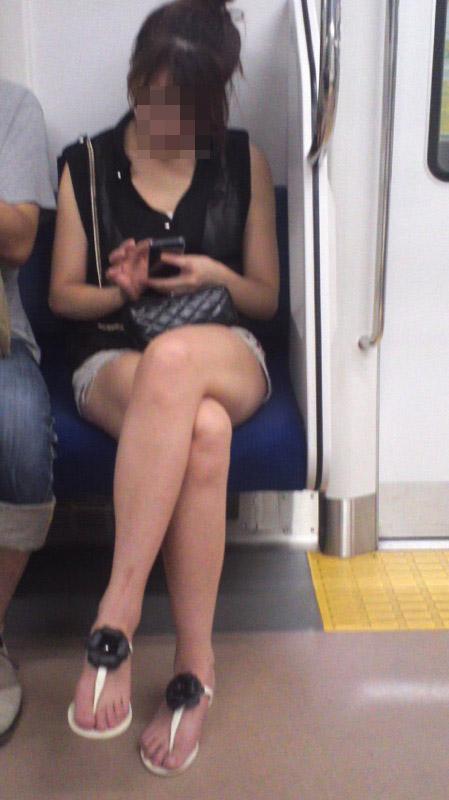 【美脚エロ画像】素人の脚が見たけりゃ電車へ…朝夕はムッチリ太もも見放題! 21