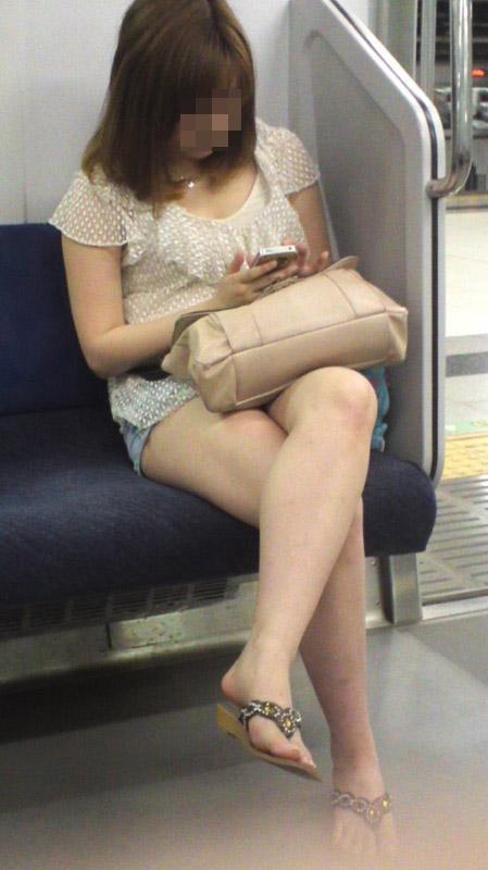 【美脚エロ画像】素人の脚が見たけりゃ電車へ…朝夕はムッチリ太もも見放題! 23