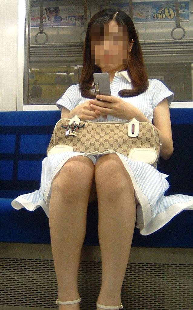 【美脚エロ画像】素人の脚が見たけりゃ電車へ…朝夕はムッチリ太もも見放題! 24