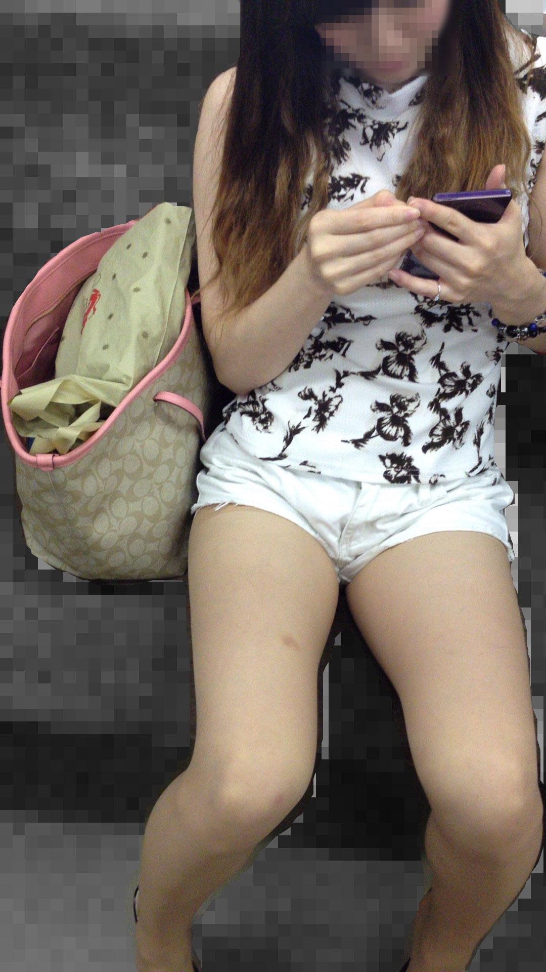 【美脚エロ画像】素人の脚が見たけりゃ電車へ…朝夕はムッチリ太もも見放題! 25