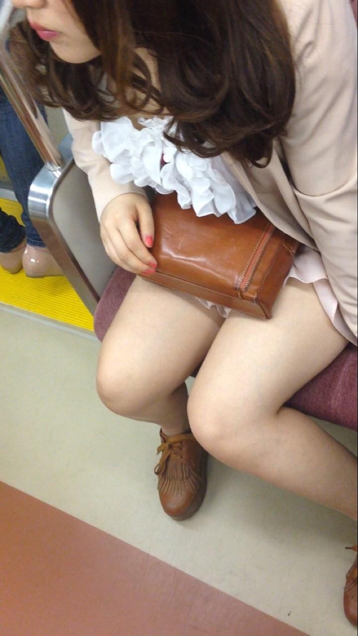 【美脚エロ画像】素人の脚が見たけりゃ電車へ…朝夕はムッチリ太もも見放題! 26