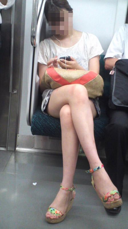 【美脚エロ画像】素人の脚が見たけりゃ電車へ…朝夕はムッチリ太もも見放題! 29