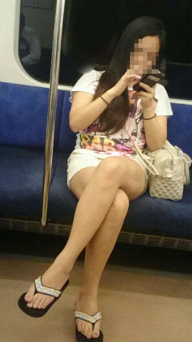 【美脚エロ画像】素人の脚が見たけりゃ電車へ…朝夕はムッチリ太もも見放題! 30