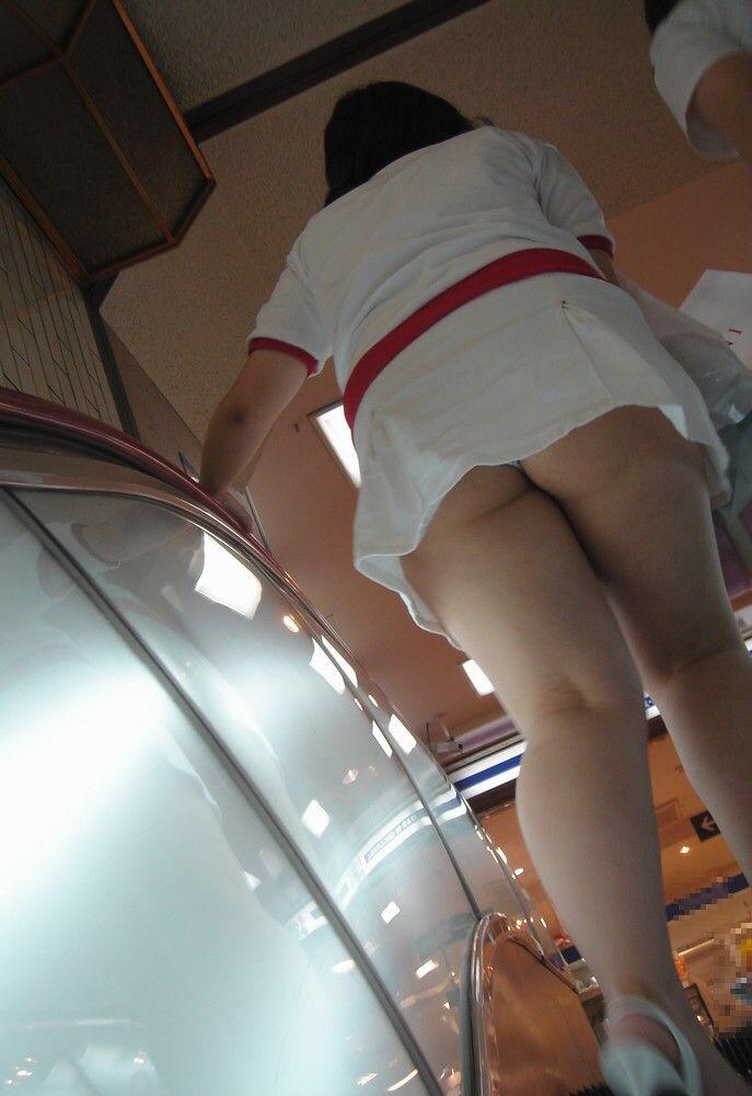 【パンチラエロ画像】注意が足りないが許せる!下から余裕のミニスカパンチラwww 14