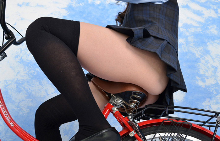【着尻エロ画像】真似したら轢かれるアングルから自転車女子のムッチリ尻観察www 表紙