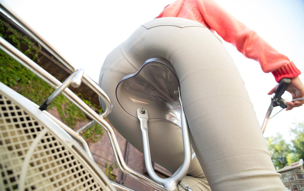 【着尻エロ画像】真似したら轢かれるアングルから自転車女子のムッチリ尻観察www 17
