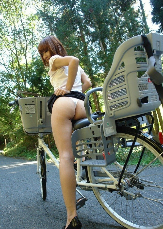 【着尻エロ画像】真似したら轢かれるアングルから自転車女子のムッチリ尻観察www 25