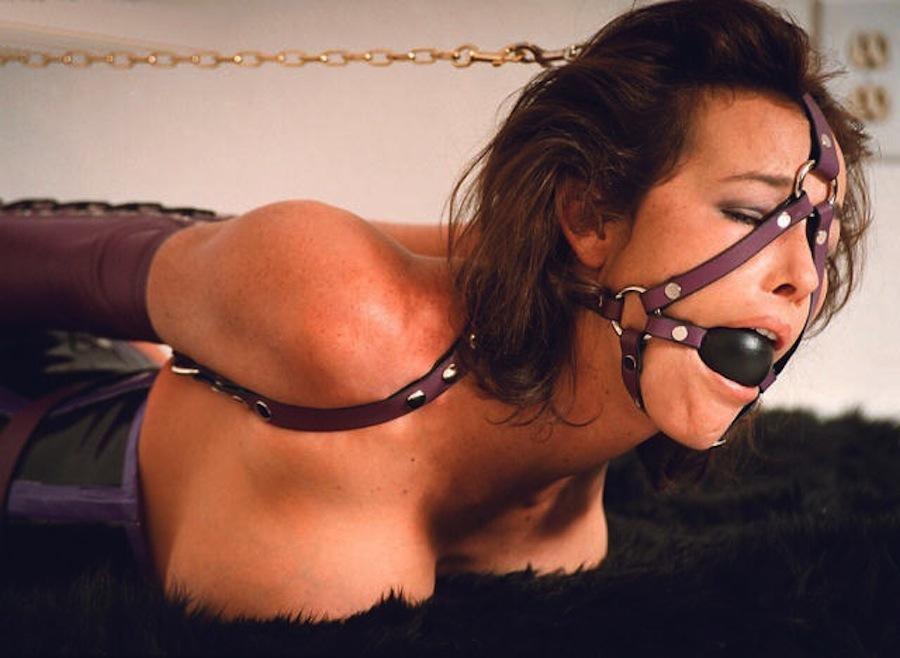 【SMエロ画像】縄よりもキツいかも…革ベルトが苦しそうな拘束M外人www 05