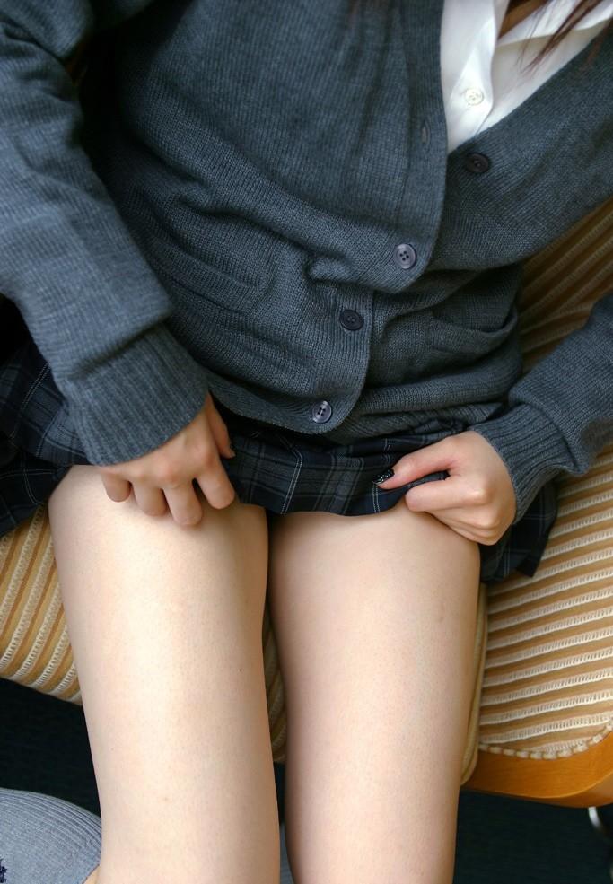 【太ももエロ画像】顔を埋めて癒されたくなるムッチリ際立つ座り太ももwww 16