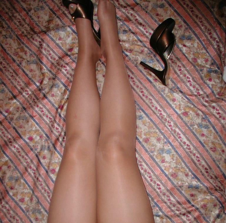 【美脚エロ画像】美脚自慢な女神達が乳出す前に生の脚線美を自撮りwww 09