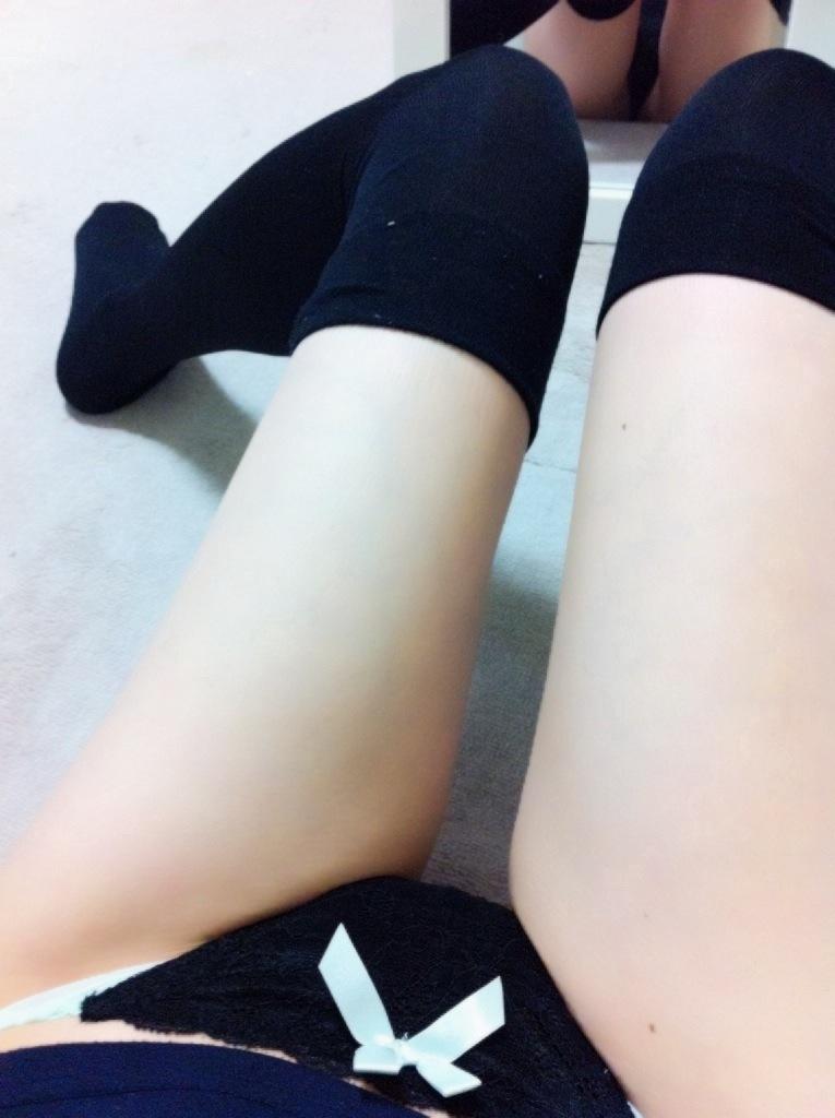 【美脚エロ画像】美脚自慢な女神達が乳出す前に生の脚線美を自撮りwww 16