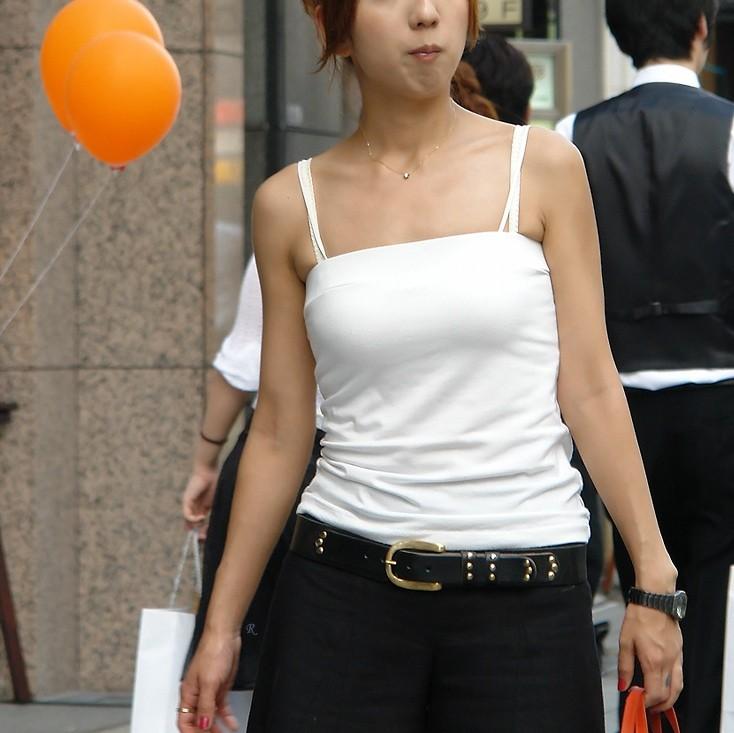 【巨乳エロ画像】見られたくてこんな格好の筈w目立たせてナンボな着衣おっぱいwww 01
