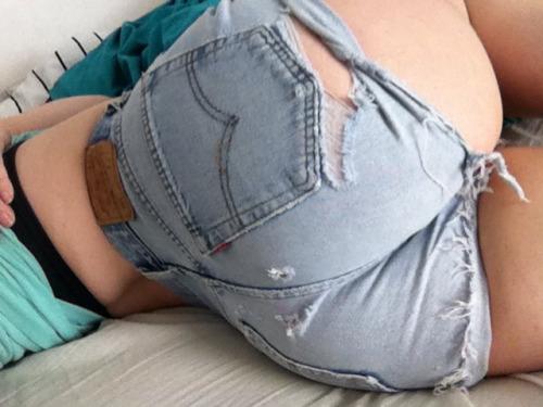 【着尻エロ画像】婆ちゃんには見せちゃいけないw破れジーンズとハミ尻www 11