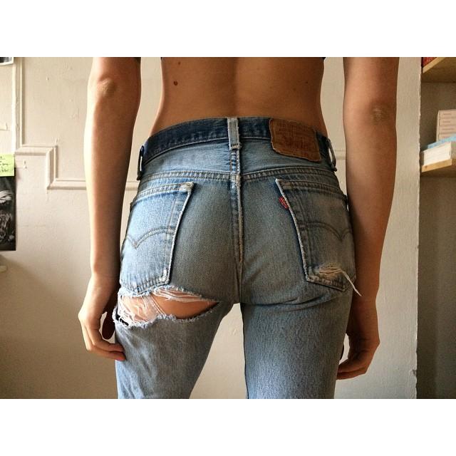 【着尻エロ画像】婆ちゃんには見せちゃいけないw破れジーンズとハミ尻www 20