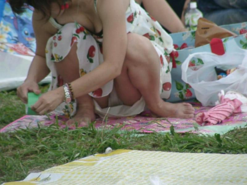 【パンチラエロ画像】閉じる事を知らんで座ってパンチラしちゃう一般女性たちwww 01