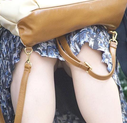 【パンチラエロ画像】閉じる事を知らんで座ってパンチラしちゃう一般女性たちwww 14