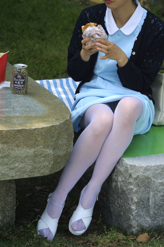 【パンチラエロ画像】閉じる事を知らんで座ってパンチラしちゃう一般女性たちwww 25