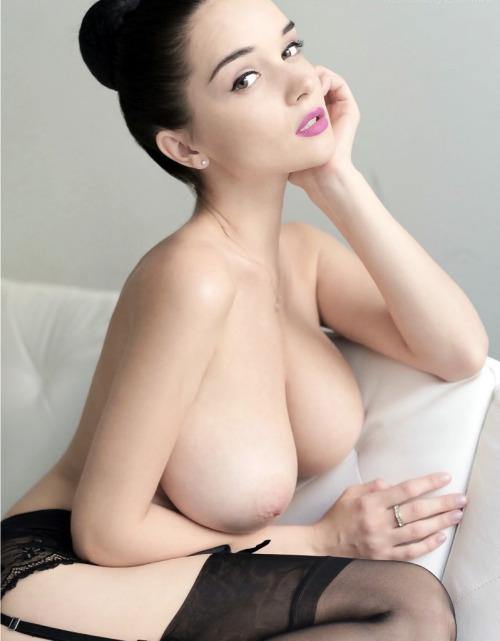 【乳首エロ画像】出て来て!惜しくも美巨乳から外れた海外産の陥没乳首www 24