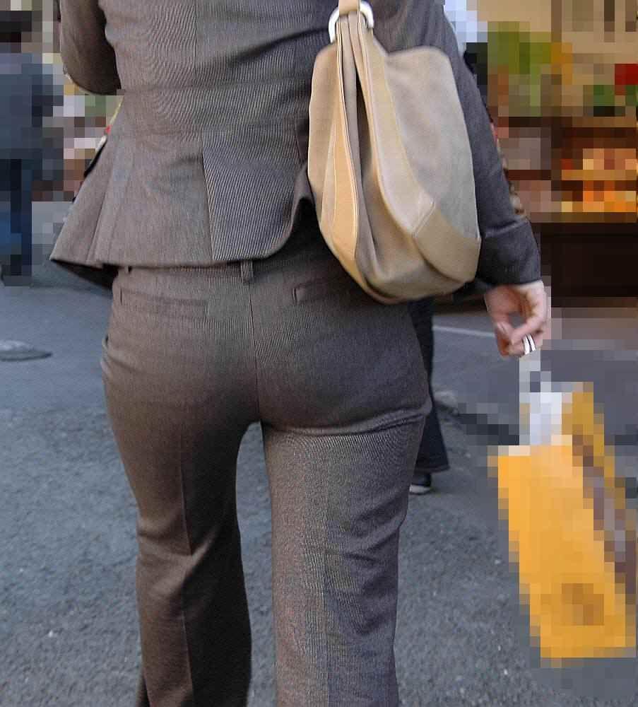 【働く女性エロ画像】今にも真ん中破れそう…パンツスーツ女性の危うい着尻www 02