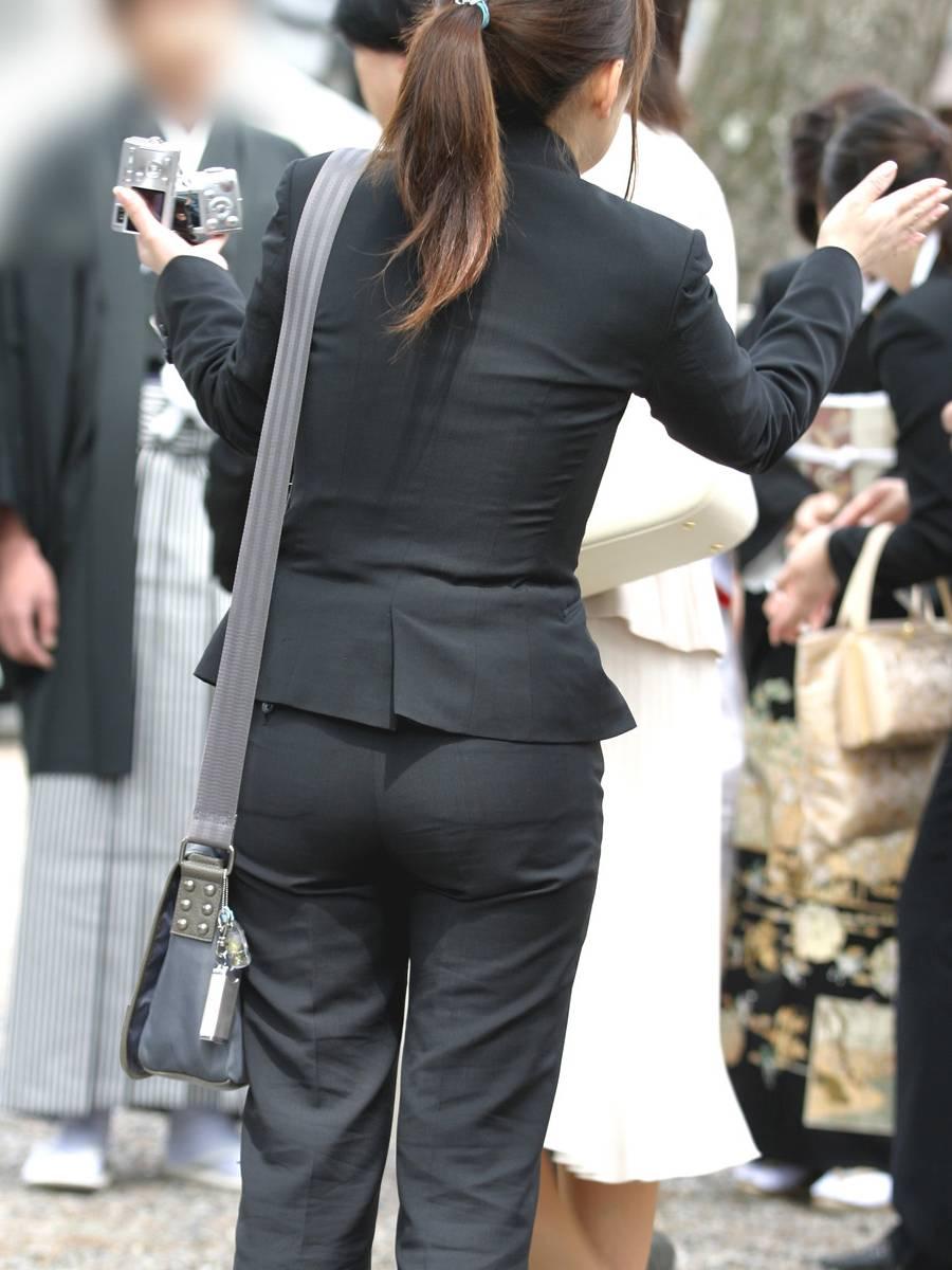【働く女性エロ画像】今にも真ん中破れそう…パンツスーツ女性の危うい着尻www 03