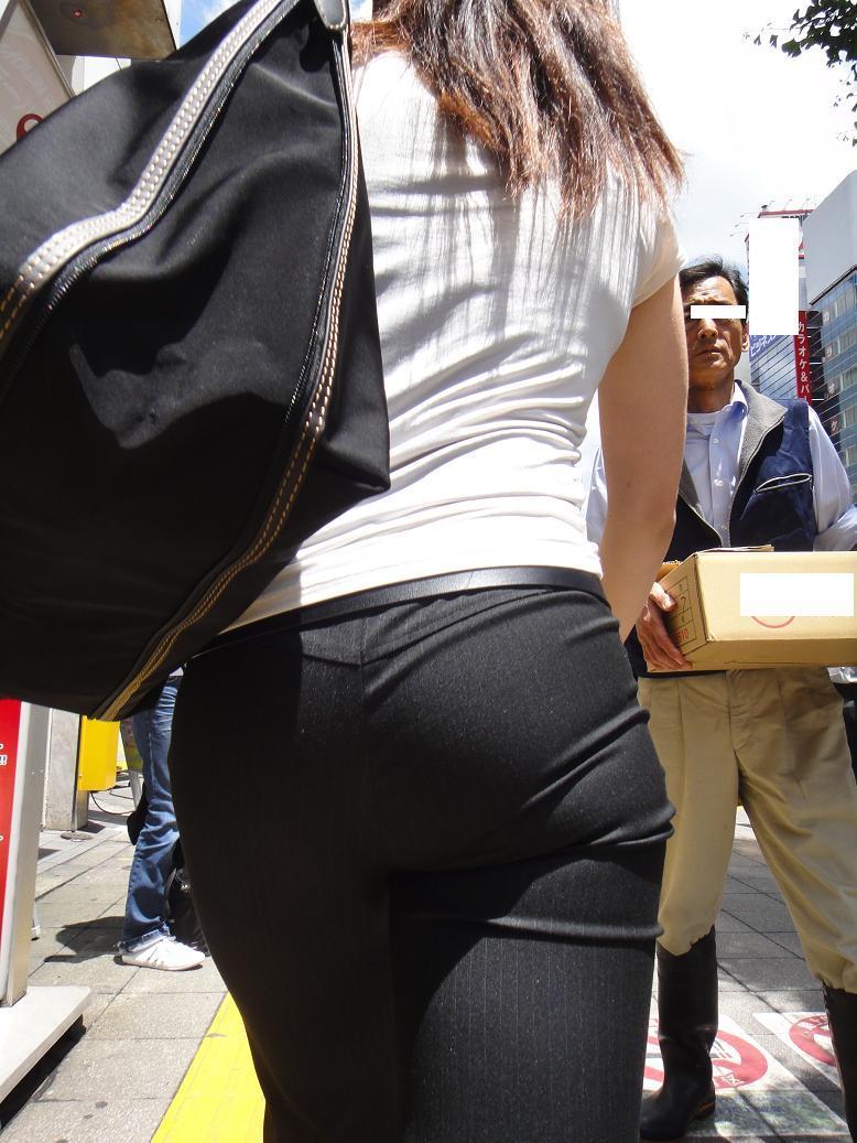 【働く女性エロ画像】今にも真ん中破れそう…パンツスーツ女性の危うい着尻www 05