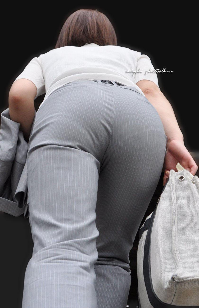 【働く女性エロ画像】今にも真ん中破れそう…パンツスーツ女性の危うい着尻www 06