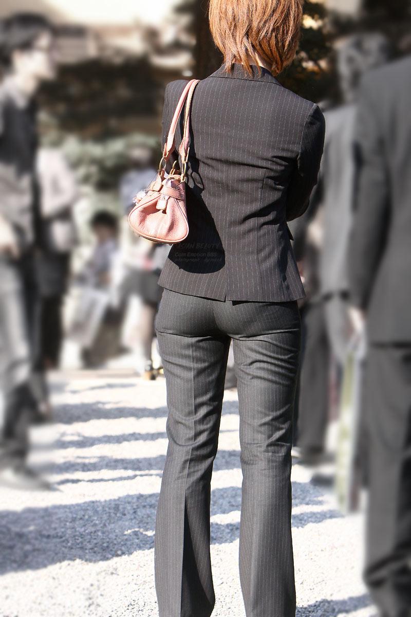 【働く女性エロ画像】今にも真ん中破れそう…パンツスーツ女性の危うい着尻www 08