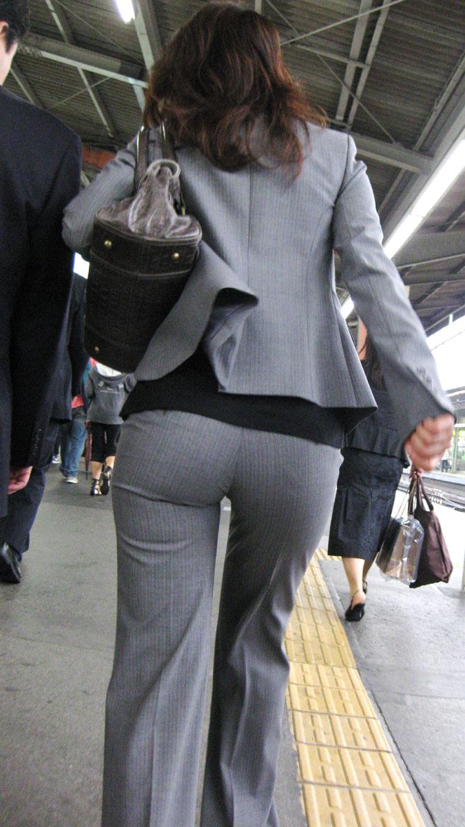 【働く女性エロ画像】今にも真ん中破れそう…パンツスーツ女性の危うい着尻www 09