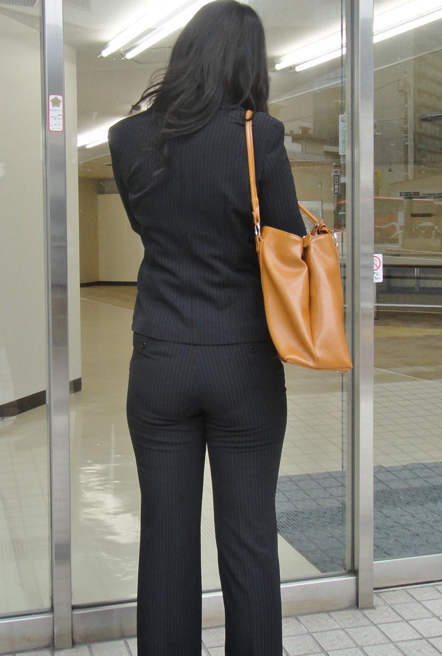 【働く女性エロ画像】今にも真ん中破れそう…パンツスーツ女性の危うい着尻www 10