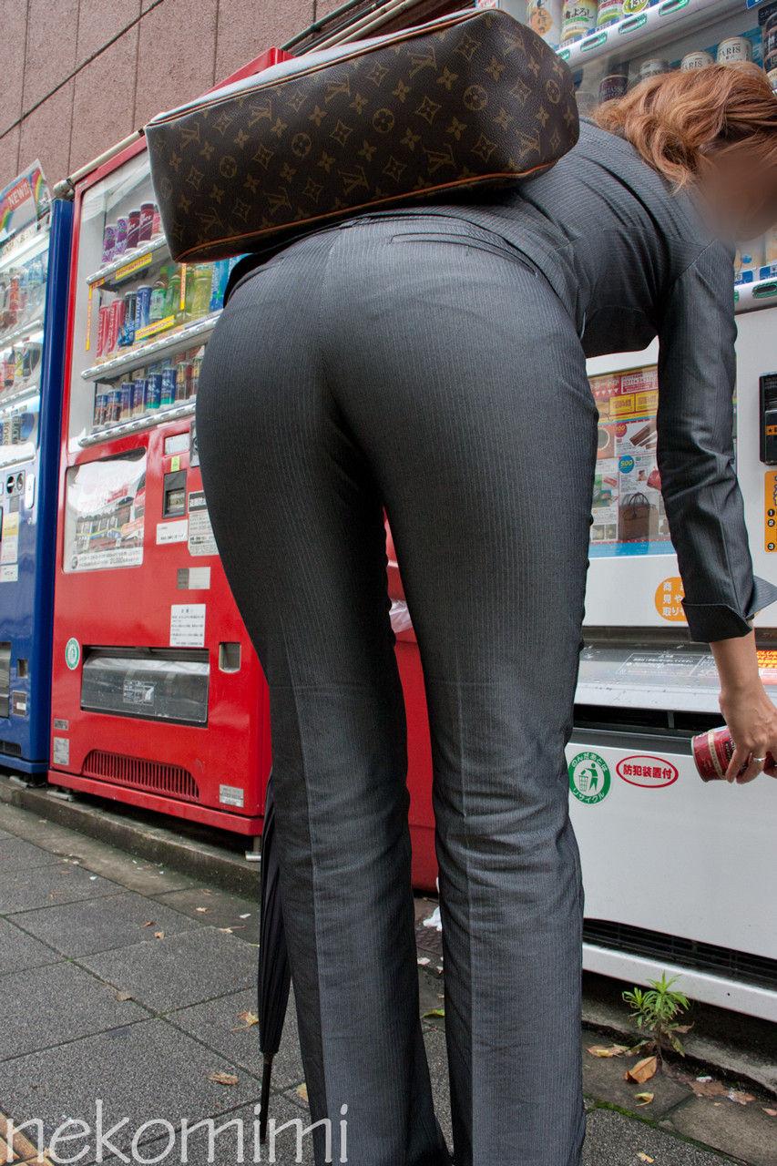 【働く女性エロ画像】今にも真ん中破れそう…パンツスーツ女性の危うい着尻www 15