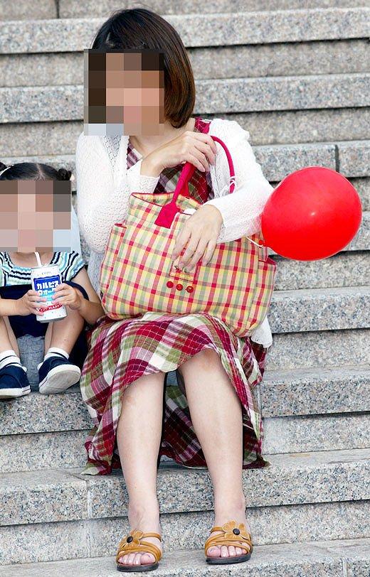 【ママチラエロ画像】我が子の為に…自分は後回しな優しきママのパンチラwww 09