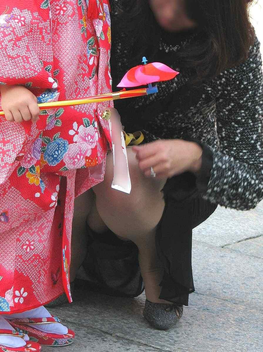 【ママチラエロ画像】我が子の為に…自分は後回しな優しきママのパンチラwww 10