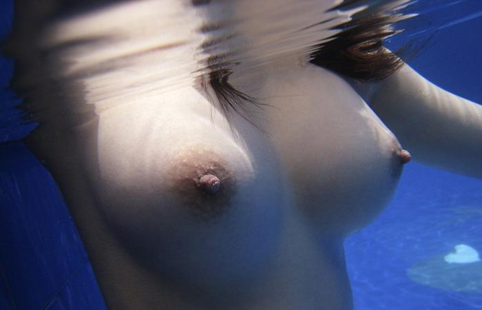 【水中女体エロ画像】蒸し暑さが紛れるように…水に潜って揺らめく裸体www 001
