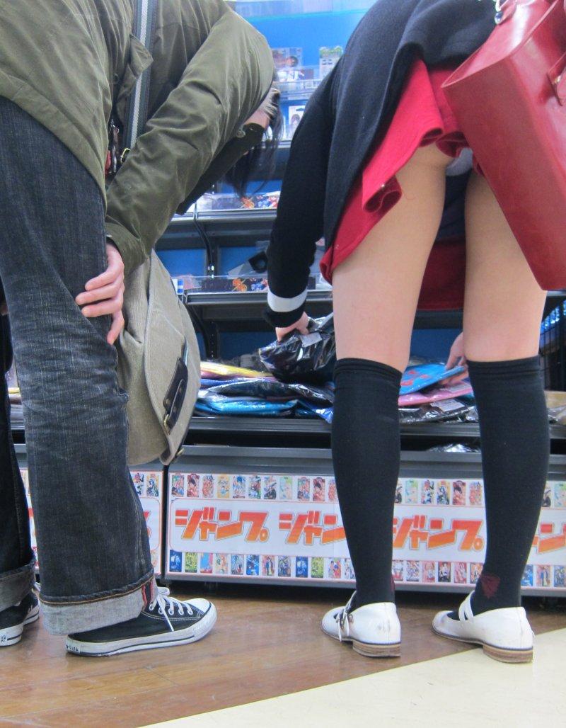 【パンチラエロ画像】うっかり前屈み!困っちゃうほど丸見えなミニスカ女子www 09