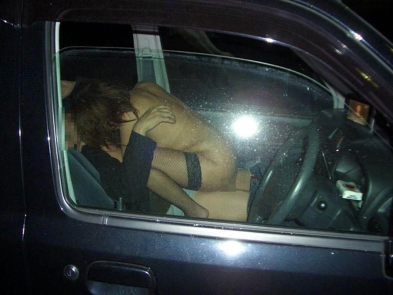 【性交エロ画像】隠れても揺れでバレバレw狭い車内で盛る男女のカーセックス! 06