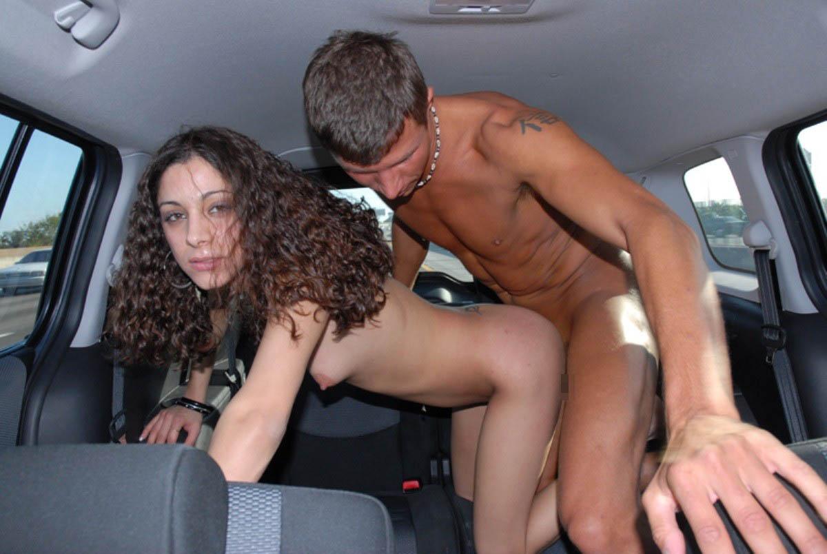 【性交エロ画像】隠れても揺れでバレバレw狭い車内で盛る男女のカーセックス! 09