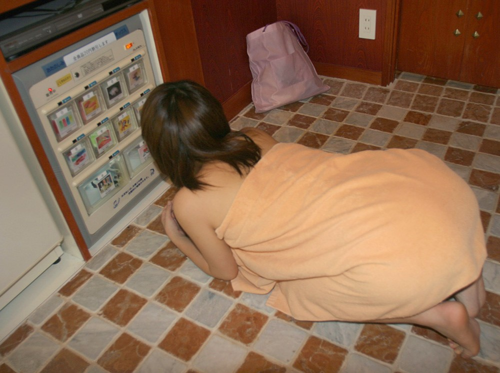 【湯上り女体エロ画像】もう1発どう?シャワー後のバスタオル1枚女子の無防備な姿www 09