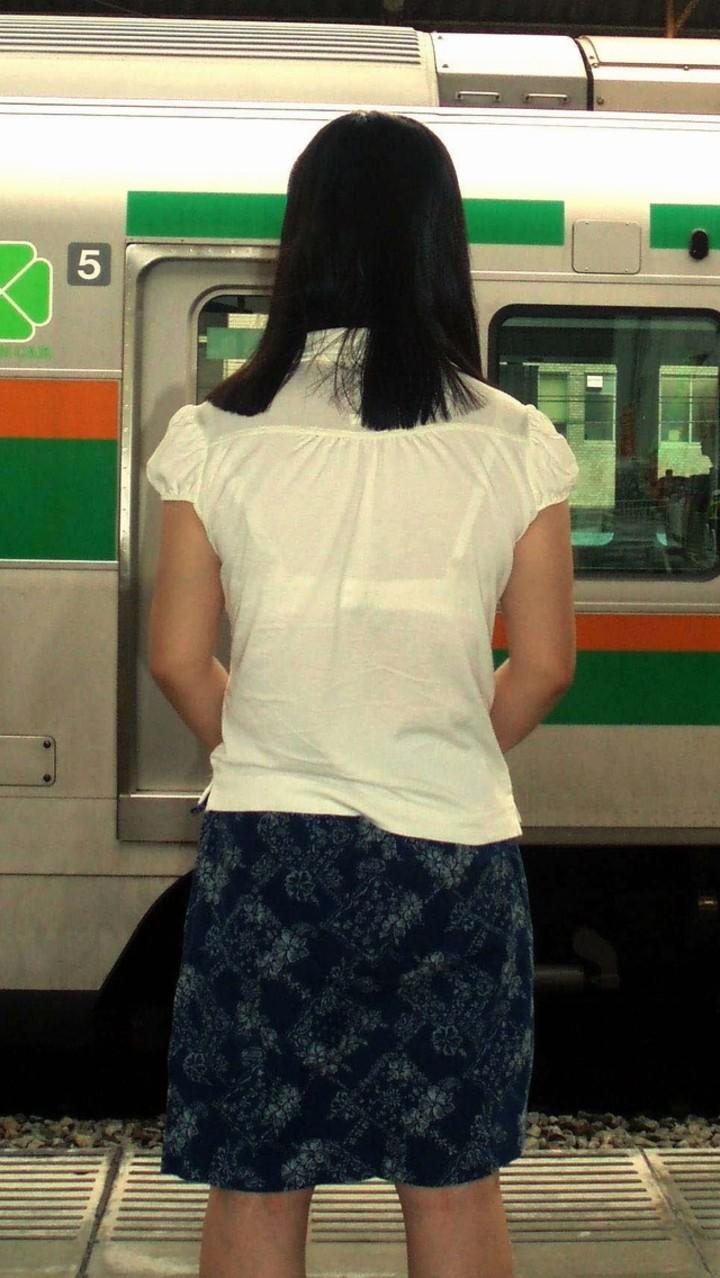【透けブラエロ画像】衣替え完了前に悔いなく眺めたい街の透けブラwww 13