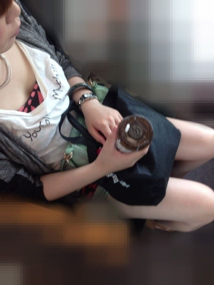 【胸チラエロ画像】座れなくてもイイ事あるw電車で遭遇そそる胸元チラリwww 05