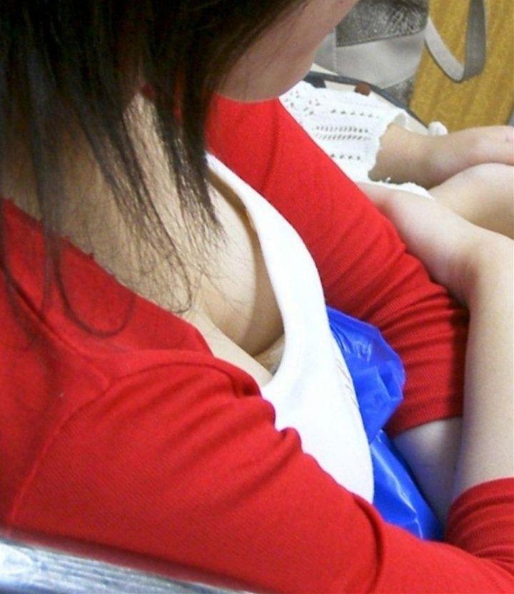 【胸チラエロ画像】座れなくてもイイ事あるw電車で遭遇そそる胸元チラリwww 09