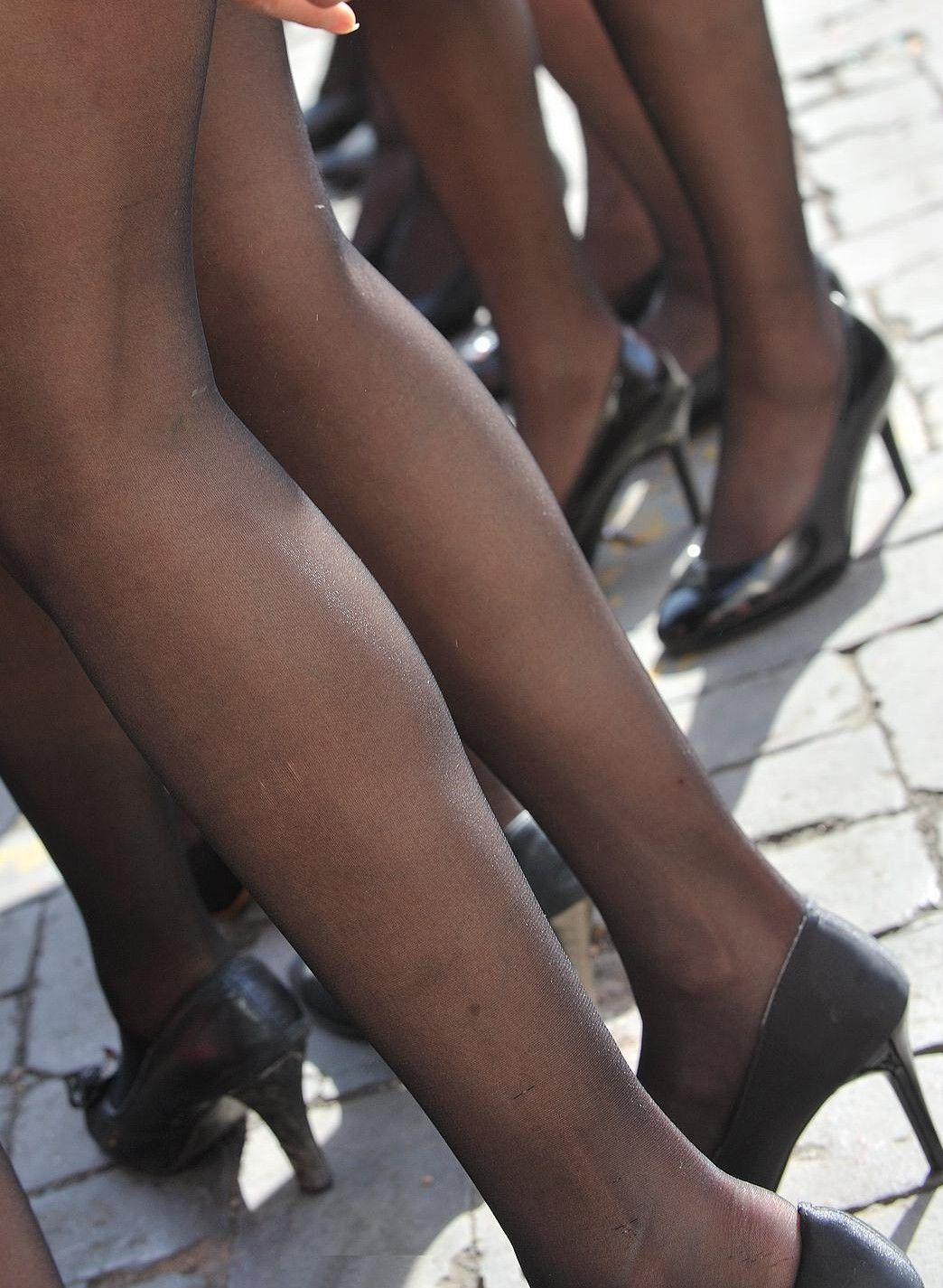 【美脚エロ画像】うっすら見える肌も見どころ!脚線美も際立つ黒パンスト下半身www 03