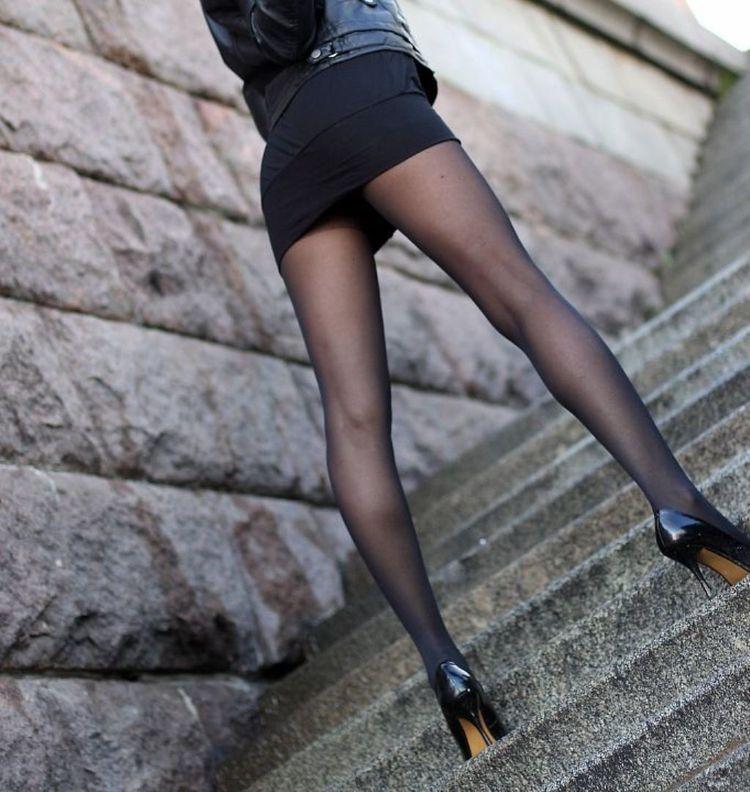 【美脚エロ画像】うっすら見える肌も見どころ!脚線美も際立つ黒パンスト下半身www 06