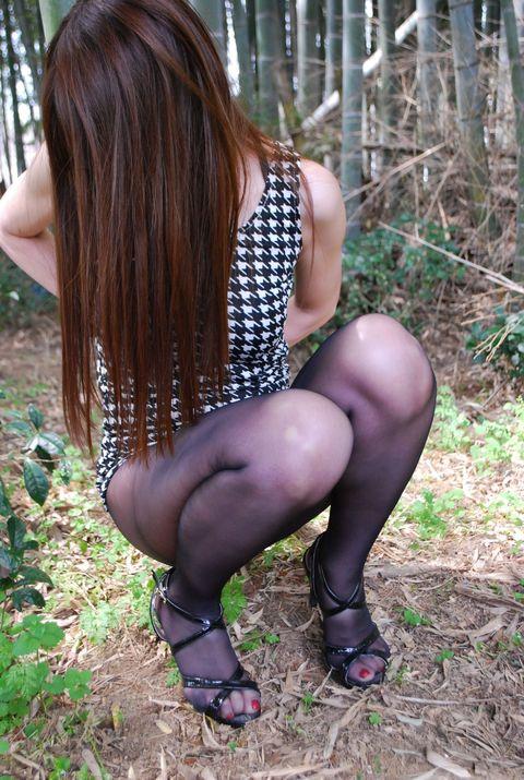 【美脚エロ画像】うっすら見える肌も見どころ!脚線美も際立つ黒パンスト下半身www 11