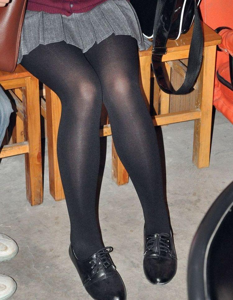【美脚エロ画像】うっすら見える肌も見どころ!脚線美も際立つ黒パンスト下半身www 15