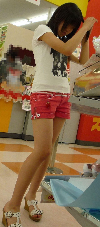 【美脚エロ画像】美脚だけを堪能したい方にオススメな街角ショーパン女子www 05