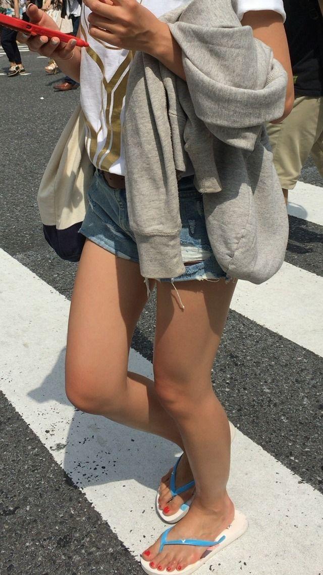 【美脚エロ画像】美脚だけを堪能したい方にオススメな街角ショーパン女子www 10