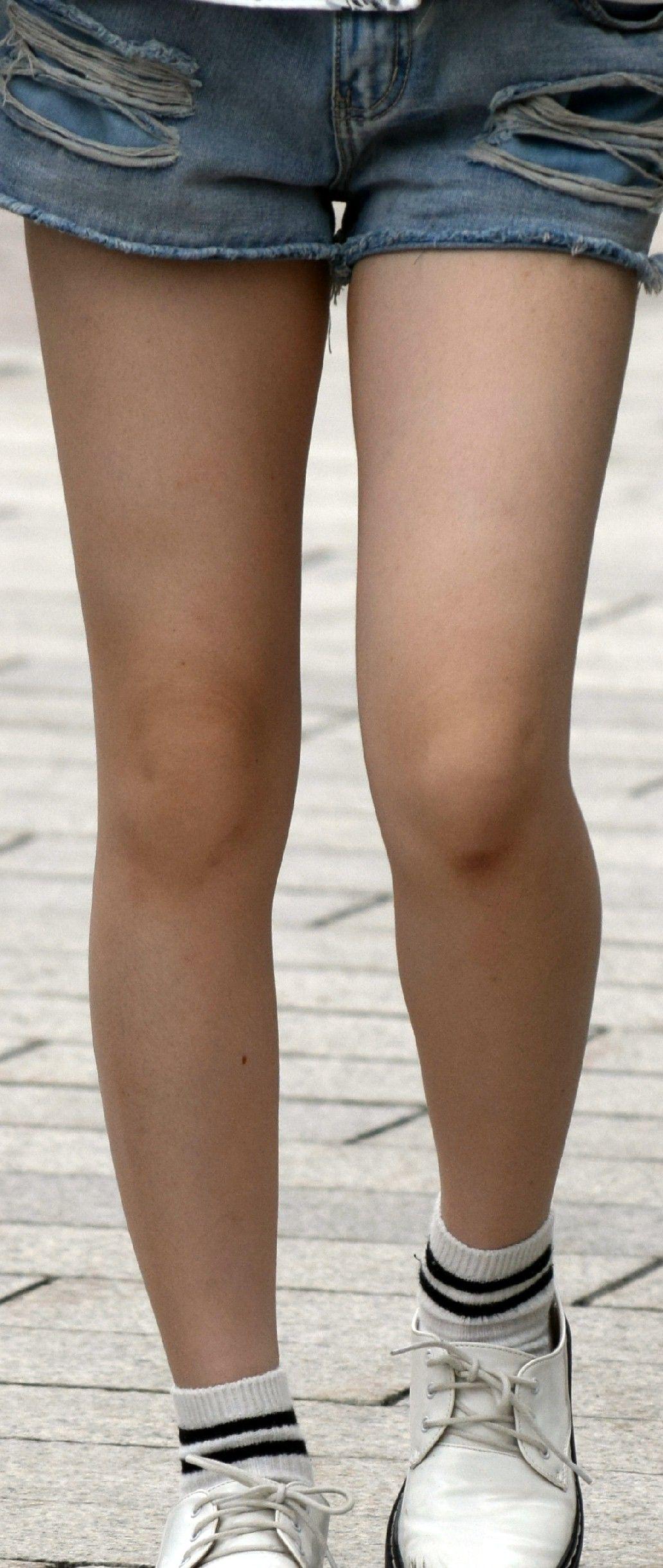 【美脚エロ画像】美脚だけを堪能したい方にオススメな街角ショーパン女子www 14